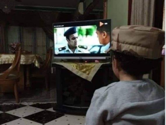 حقيقة صورة ابن الشهيد( احمد المنسي) وهو يشاهد مسلسل الاختيار